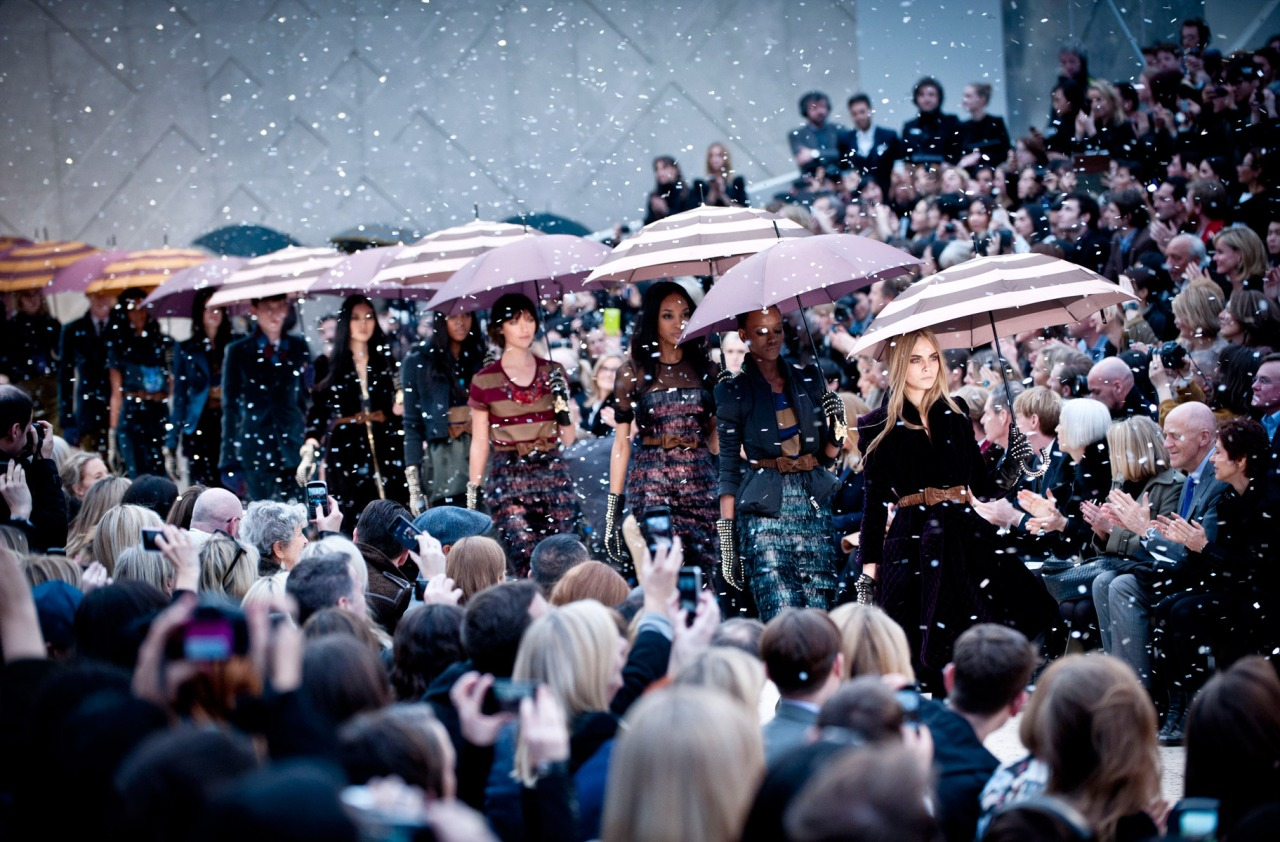 30-burberry-rtw-fw2012-roving-12-sung_091655533741